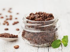 What if I tell you that you can achieve super smooth and cellulite-free skin in no time by using coconut oil? Yes, coconut oil for cellulite! Peeling Cellulite, Cellulite Scrub, Reduce Cellulite, Coffee Grounds Beauty, Uses For Coffee Grounds, Body Scrub Diy, Body Scrub Recipe, Coconut Oil Coffee, Coffee Face Scrub