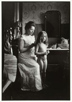 Portret van Marie Breitner die een meisje helpt bij het haarkammen, George Hendrik Breitner, Harm Botman, ca. 1890 - ca. 1910