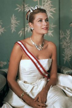 Grace Kelly wearing Cartier Jewelry from Prince Rainier III of Monaco. Grace Kelly met Prince Rainier III of Monaco in After a short courtship, he gave the actress a ruby and diamond band, and then he subsequently gave her a Cartier emerald Hollywood Glamour, Classic Hollywood, Old Hollywood, Princesa Grace Kelly, Patricia Kelly, Princesa Carolina, Prince Rainier, Monaco Royal Family, Royals