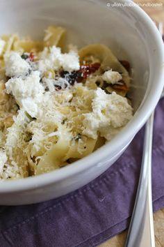 Pasta mit Salbei, Knoblauch, getrocknete Tomaten, Ricotta und Parmesan