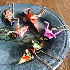 折り紙×UVレジンのアクセサリー リクエストの多い折鶴の折り紙レジンを作ります☆ 折り鶴のような「立体的なもの」をレ ...