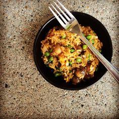 """Paistettu riisi on täydellinen ruoka, kun kaapissa ei ole """"paljon mitään"""". Vähistäkin raaka-aineista saa makoisan aterian!"""