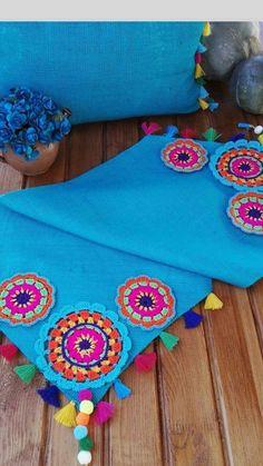 Tela y crochet Crochet Table Runner, Crochet Tablecloth, Crochet Fabric, Crochet Doilies, Crochet Designs, Crochet Patterns, Crochet Projects, Sewing Projects, Crochet Christmas Decorations