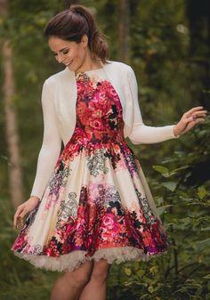 Onko naisen sopivaa pukeutua häihin mustaan? Tyyliasiantuntijat vastaavat