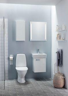 Blå farver på badeværelset med toilet og håndvask fra Ifö i skandinavisk design