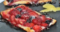 Hojaldre de fresas y frutas del bosque. Grill Pan, Grilling, Ethnic Recipes, Food, Gastronomia, Puff Pastries, Homemade Recipe, Cookers, Strawberry Fruit
