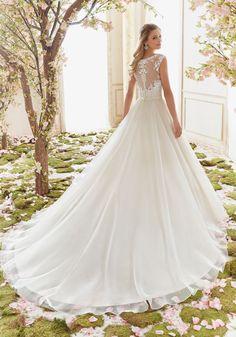 64c17aad91 14 nejlepších obrázků z nástěnky Svatební šaty