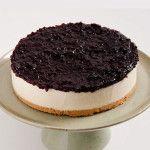 A Torta Cheesecake Cassis é feita com: Cheesecake com fina camada de biscoito e cobertura de geléia artesanal de cassis.