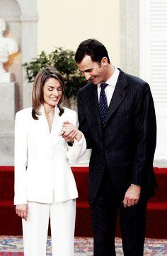 Letizia and Felipe....ENSEÑANDO EL ANILLO DE COMPROMISO
