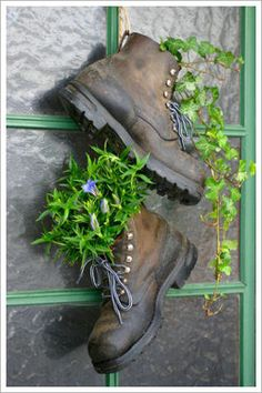 Recycle old shoes as planters Garden Junk, Garden Yard Ideas, Garden Crafts, Garden Planters, Garden Projects, Garden Landscaping, Garden Decorations, Old Boots, Pot Jardin