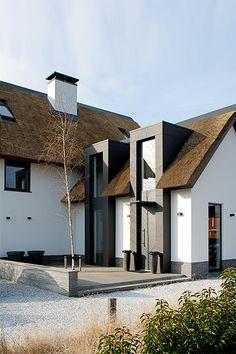 Facade Design, Exterior Design, Mid Century Exterior, Prefab Cabins, House Extension Design, Roof Architecture, Unique House Design, Future House, Villa