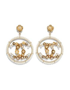 Costume jewelry of the {collectionName} CHANEL Fashion collection : Brooch, metal & cultured fresh water pearls, gold & pearly white on the CHANEL official website. Bracelet Chanel, Chanel Earrings, Bar Earrings, Stone Earrings, Bridal Earrings, Jewelry Gifts, Jewelery, Jewelry Accessories, Fine Jewelry