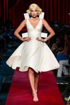 Jeremy Scott nos hace soñar con las Paper Dolls de Moschino de tamaño natural durante la Milán Fashion Week