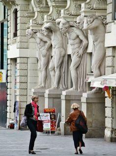 Casa de los Cuatro Atlantes en la plaza de la Libertad en Brno