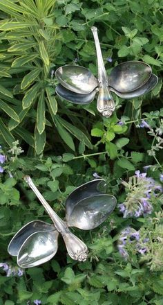 Cottage Gardens Recycling spoons, into dragonflies. What s beautiful idea! Can find them cheap at thrift store, instead of destroying family airlooms! - Some Of The Common Garden Ornaments Explored - Owe Crafts Outdoor Projects, Garden Projects, Outdoor Crafts, Craft Projects, Outdoor Rooms, Metal Art Projects, Metal Crafts, Silverware Art, Spoon Art