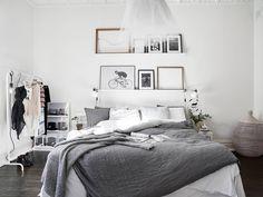 Dormitor decorat in stil scandinav - spatii preponderent albe si luminoase, decorate in tonuri naturale de gri.