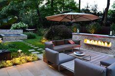 aménagement jardin moderne, meubles de jardin design et table basse en bois massif assortie