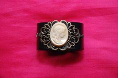 """Bracelet manchette cuir """"Antica"""" : manchette cuir noir réglable estampe métal camé pâte de verre crème : Bracelet par lericheattirail"""