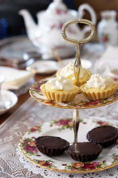 Lemon tartlets and chocolate tartlets for tea time Alice Tea Party, Turkish Tea, Homemade Pastries, Sandwiches, Afternoon Tea Parties, Cream Tea, Best Tea, My Tea, Something Sweet