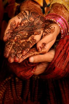 Gifts for an Indian Engagement Indian Mehndi Designs, Mehandi Designs, Henna Mehndi, Henna Art, Moroccan Henna, Indian Engagement, Aladdin And Jasmine, Carving Designs, Face And Body