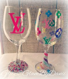 Keep your own section tables lamp utilizing an upcycled vodka box. Decorated Wine Glasses, Painted Wine Glasses, Glitter Wine, Glitter Glasses, Glass Bottle Crafts, Diy Tumblers, Custom Bottles, Wine Glass Set, Louis Vuitton