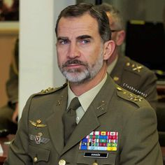 King Felipe visited the Army Supply Center at the barracks of San Cristobal. His Majesty visited the facilities and greeted members of the staff. This supply center is responsible for providing military personnel with clothing, equipment, flags and any other necessary tools for the fulfillment of their tasks.