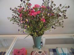 Flores sobre vitrina.