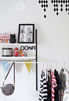 Värillisellä kontaktimuovilla teet kuvioita seinään. Muovit on helppo irrottaa ja vaihtaa. Mustat yksityiskohdat rauhoittavat myös lastenhuoneen ilmettä. Vaaterekissä on esillä kauneimmat vaatteet. Photo Wall, Frame, Home Decor, Picture Frame, Photograph, Decoration Home, Room Decor, Frames, Home Interior Design