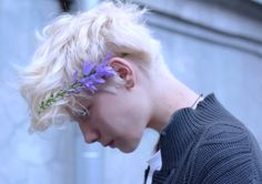 Image about pretty in albinism by angel on We Heart It Modelo Albino, Pretty People, Beautiful People, Photo Portrait, Aesthetic Boy, Pale Skin, Mannequins, Denim Outfit, Character Inspiration