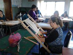 Elena y compañeras de clases,  comenzaron a tejer en telar araucano