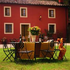 Italian flair at the dining table! #atraveo #timeforwine #italy