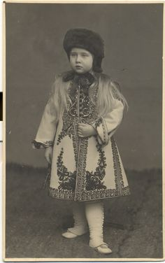 Little Princess Maria of Romania. Little Princess Maria of Romania Adele, Elisabeth I, Blue Bloods, Country Art, Royal Fashion, Fabric Art, Little Princess, Marie, Captain Hat