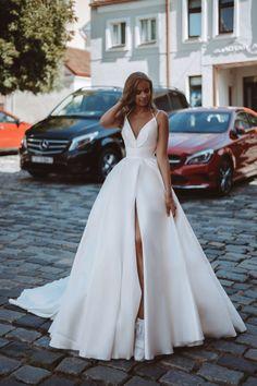 Slit Wedding Dress, Classic Wedding Dress, Backless Wedding, Princess Wedding Dresses, Long Wedding Dresses, Bridal Dresses, Wedding Gowns, Wedding Dress With Pockets, Beautiful Wedding Dress