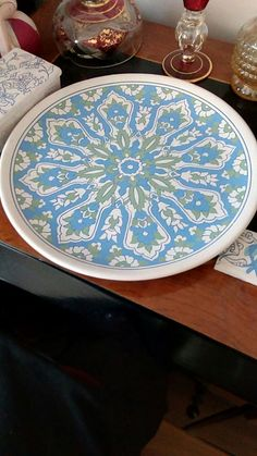 Painted Plates, Ceramic Plates, Hand Painted, Turkish Art, Turkish Tiles, Pottery Painting Designs, Paint Designs, Glazes For Pottery, Ceramic Pottery