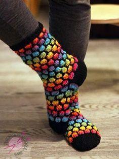"""Kuplaneulos on ollu nyt viime aikoina kuuminta hottia neulepiireissä. Ehkä oon vähän """"So last season"""", koska uskalsin koettaa niitä vasta... Wool Socks, Knitting Socks, Hand Knitting, Knitting Patterns, Knit Stockings, Diy Crochet And Knitting, Knit Basket, Crazy Socks, Crochet Slippers"""