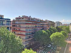 Antibes : Etage élevé pour ce 3 pièces à vendre sur le Boulevard Albert 1er. Appartement lumineux en avant dernier étage, traversant avec vue boulevard et vue dégagée vieille ville et mer à l'arrière. #CotedAzurFrance #Immobilier