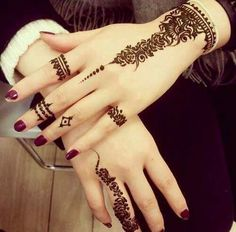 Are you interested to adore simple mehndi designs on palm on chand rat? Mojaritoy of the girls and women move to the mehndi artists or saloons for the best mehndi design. Henna Hand Designs, Eid Mehndi Designs, Mehndi Designs Finger, Henna Tattoo Designs Simple, Stylish Mehndi Designs, Mehndi Designs For Girls, Mehndi Design Images, Mehndi Designs For Fingers, Beautiful Mehndi Design