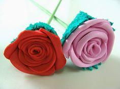 Aprenda agora mesmo a fazer rosas de EVA de maneira super simples! Você pode usá-las para decorar festas, ambientes, objetos e muito mais. As rosas de EVA vão fazer um super sucesso.