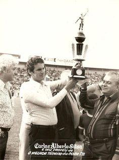 Carlos Alberto Silva recebendo o troféu de melhor técnico em 78