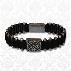 Deze armband is perfect als je wat meer van een stoere uitstraling houdt. Hij bestaat uit een brede volnerf buffelleren band met een stoere DQ metalen schuiver en bewerkt magneetslot. Om de band zijn er metalen kraaltjes geknoopt.