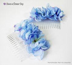 Peineta Flores #02. Peineta con hortensias de tela en azul y morado y pequeños rhinestones rosas.