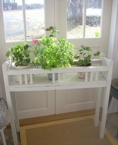 Fint blomsterbord Diy Plant Stand, Plant Stands, Indoor Outdoor, Entryway Tables, Diy And Crafts, Future, Lady, Plants, Home Decor