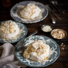 mini pavlovas with whipped cream & nougat, toasted almonds & white chocolate Ice Cream Recipes, Pie Recipes, Chicken Recipes, Baked Chicken, Delicious Recipes, Salad Recipes, Roasted Cabbage, Fish Pie, White Chocolate