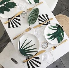 Gold and Plants Plates Dining Room Table Decor, Decoration Table, Dinner Sets, Dinner Table, Wooden Chair Plans, Happy Week End, Do It Yourself Inspiration, Tropical Style, Pottery Painting