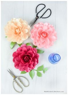 How to Make Small Paper Roses. Step by step Camellia Rose tutorial with templates. Use the SVG flower template with your Cricut machine or hand cut with the PDF printables. Wafer Paper Flowers, Tissue Paper Flowers, Paper Roses, Fabric Flowers, Flower Paper, Fabric Flower Tutorial, Rose Tutorial, Cute Crafts, Diy Crafts