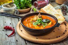 Varíme s Korzárom: Jahodový koláč s tvarohom, staročeský guláš, grilovaný šalát - Korzár SME Thai Red Curry, Ethnic Recipes, Food, Meal, Essen, Hoods, Meals, Eten