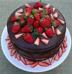 Naked cake de chocolate meio amargo com recheio de brigadeiro de morango e cobertura de ganache meio amargo e morangos