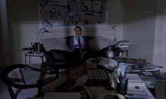 Хаотичная композиция на картине за головой у героя указывает на хаос в его мыслях. + бардак на столе.