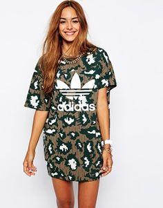 Agrandir Adidas Originals - Robe t-shirt asymétrique à imprimé camouflage