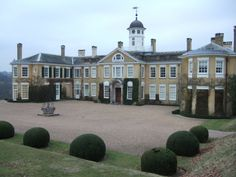 Polesden Lacey is a beautiful country house and gardens only four miles from Dorking, Surrey   photo: http://upload.wikimedia.org/wikipedia/commons/7/74/Polesden_lacey.jpg